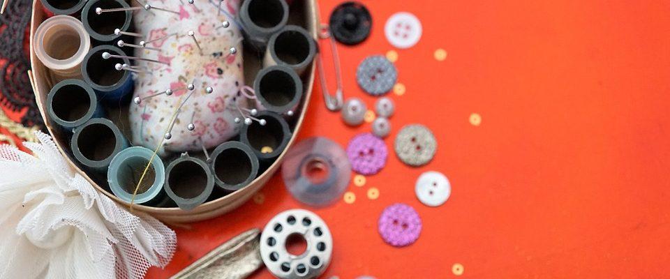 Kovové regály najdou své využití i v šicích dílnách